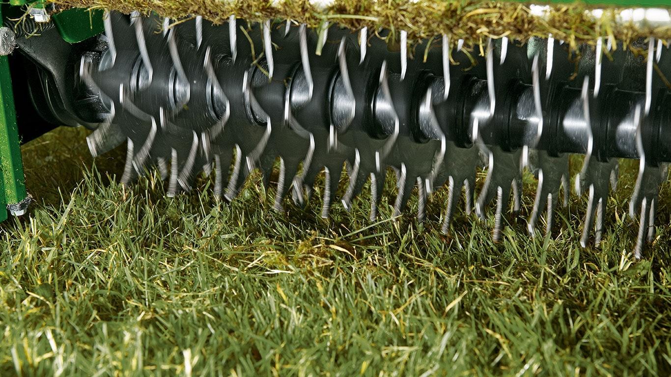 Cos'è il feltro? In estate i residui di taglio spesso si accumulano tra i fili d'erba. Dopo un po' il terreno finisce per essere ricoperto da una fitta coltre di materiale vegetale.